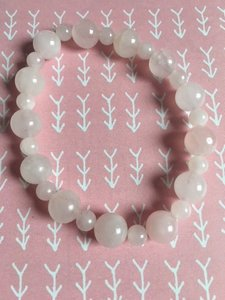 Armband met twee groottes rozenkwarts kralen op elastiek geregen