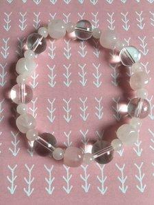 Armband met  rozenkwarts en bergkristal op elastiek geregen