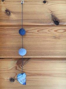 Blauwe raamhanger met hartvormige agaat hanger