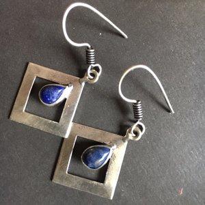 Strakke, vierkante zilveren oorhangers met lapis lazuli