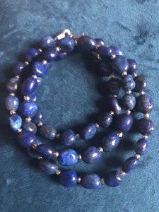 Ketting van lapis lazuli nuggets met zilverkleurige tussenkraaltjes