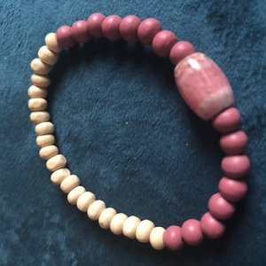 Armband van houten kralen en rhodochrosiet kraal