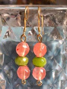Oorbellen met peridoot (olivijn) en aardbeienkwarts
