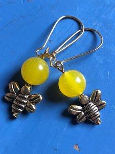 Zonnige oorbellen met geel topaas en bijtjes